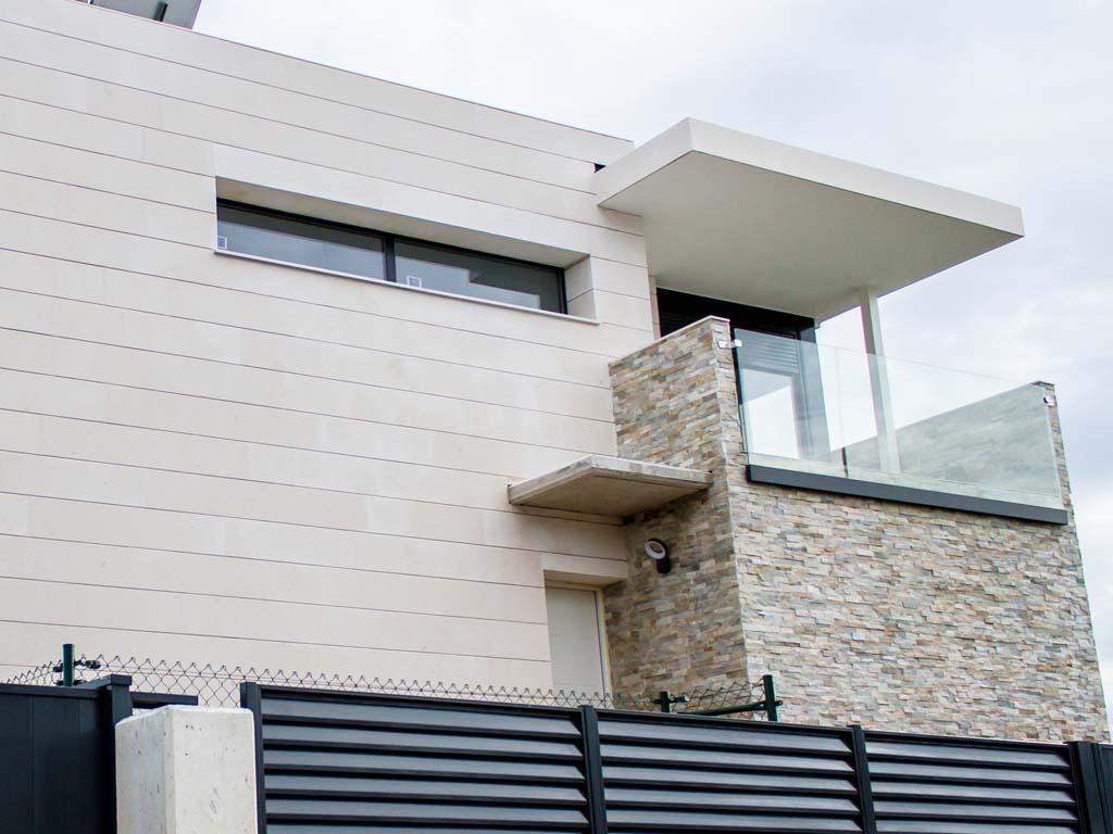 Fachada casa moderna piedra y cerámica.