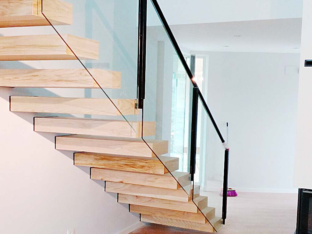 Escalera interior acristalada