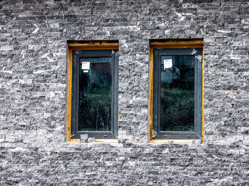 Revestimiento piedra en fachada de chalet