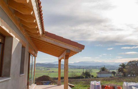 Detalle construcción casa con porche