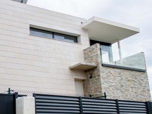 Fachada balcón chalet moderno